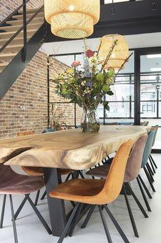 Skandinavisches Haus - New Ideas Dining Room Table Decor, Wooden Dining Tables, Dining Room Lighting, Dining Room Design, Dining Chairs, Wood Slab Table, Home Living Room, Living Room Decor, Sweet Home