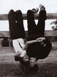Vogue, September Linda Evangelista and Kyle MacLachlan, photographed by Steven Meisel; Linda wears suspendered pants by Calvin Klein and a Hanro tee. Linda Evangelista, Steven Meisel, Photo Couple, Couple Photos, Couple Goals Tumblr, Couple Goals Cuddling, Kyle Maclachlan, Foto Pose, Hopeless Romantic