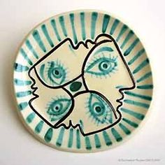 Round plate with four interlace face profiles and radiating stripes 1949. Empreinte originale: white earthenware, decorated with slips, glazed. © Picasso estate