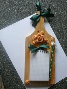 Tagliere legno chiaro blocco notes. Tagliere decorato in pasta mais.: