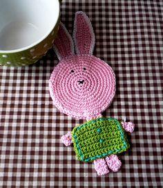 Králíček Nejen Velikonoční 1ks Podložka pod hrníček, která udělá radost všem dospělým i dětem. Králíček je uháčkován z růžové a zelené bavlněné příze. Můžete na něj položit velký hrníček nebo snídaňovou misku. Můžete ho také jen tak někde položit či pověsit třeba jako velikonoční dekoraci.