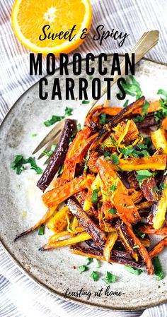 Sweet And Spicy Roasted Moroccan Carrots-With Cumin, Cinnamon And Orange. A Delicious Vegan Side Dish Or Serve Over Seasoned Lentils For A Hearty Vegetarian Meal. Via Feastingathome Vegan Side Dishes, Side Dish Recipes, Vegetable Recipes, Dinner Recipes, Moroccan Carrots, Keto, Vegetable Side Dishes, Clean Eating Snacks, Natural