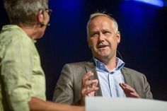 Ny karriär? Att döma av kvalitén på Vänsterpartiets valfilmer kan möjligen Jonas Sjöstedt byta till regissör. Bilden är från ett valmöte i V...