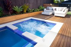 This classic plunge pool with spa is designed to take advantage of a small space and enhance a contemporary home. The result is a fine example