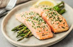 10 Healthy Foods That Are High in Vitamin D to Consume During Quarantine - Daily Health News and Tips High Protein Recipes, Good Healthy Recipes, Protein Foods, Keto Foods, Baked Salmon Recipes, Fish Recipes, Keto Recipes, Vitamin B12, Biotin Rich Foods