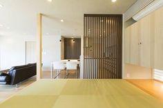用格柵拉門區隔和室、客廳與廚房,創造空間差異的新鮮感,又能具備通透性與自然採光,讓生活更舒適愜意。 via hatano-arch.tumblr.com