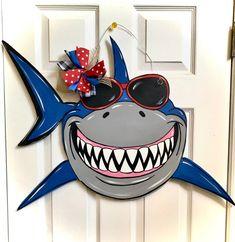 Painted Doors, Wooden Doors, Dragonfly Wall Art, Door Hanger Template, Wooden Wreaths, Porch Welcome Sign, Burlap Door Hangers, Christmas Mom, Outdoor Christmas Decorations