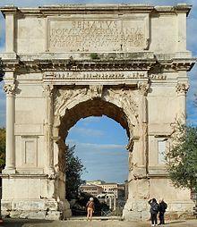 Arco de Tito- Construído probablemente no ano 80 d.C. por Domiciano, irmán de Tito. Representa a conquista de Xerusalén por parte de Vespasiano e o seu fillo Tito no ano 71 d.C. Na súa volta a Roma celebraron un gran triunfo. Neste detalle dun relevo podemos ver ó emperador Tito celebrando o seu triunfo nunha cuádriga, acompañado das deusas Roma e Victoria. O home togado da dereita representa ó Senado de Roma; o que o acompaña (sen cabeza e a peito descuberto) encarna ó Populus Romanus.