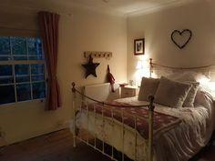 Dream Master Bedroom, Cosy Bedroom, Bedroom Decor, Bedroom Ideas, Little Dream Home, Cottage Interiors, Cottage Bedrooms, Cosy Home, Christmas Bedroom