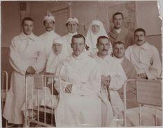 Grand Duchess Tatiana Nikolaevna e Olga Nikolaevna atuando como enfermeiras com os pacientes feridos da Primeira Guerra Mundial, na enfermaria do Hospital em 1915.