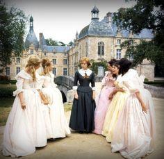 """Angélique au Château du Plessis-Bellière. Son cousin Philippe la surnomme """"La Baronne à la Triste Robe""""."""