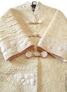 Купить или заказать Пальто 'Белый город' в интернет-магазине на Ярмарке Мастеров. Легкое фактурное пальто молочного цвета из мериносовой шерсти, созданное в рамках проекта 'Белый город'. Для создания объемной фактуры использовалась арт-пряжа ручного прядения, натуральный шелк и шелковые коконы. Цельноваляный подклад из шелка. Прямой силуэт, спущенное плечо, рукав 7/8, воротник - небольшая стойка. Интересные навесные петли ручной работы из пряжи. Смотрится стильно и оригин...