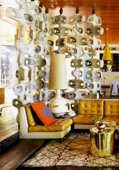 A Decor by Jonathan Adler that takes us back to the 60-70's with colors, lot of ceramics particular on the walls, furniture and objects in retro style...