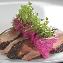 Ida Davidsen smørrebrød med røget andebryst, syltede rødbeder og kryddermayonnaise.
