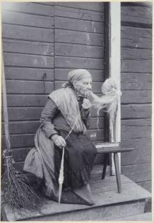 Anni-Pulkki kehrää värttinällä - ja selvittää sotkut. Finland 1911