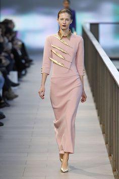 Vestido largo en rosa palo con cuello dorado en el 080 Barcelona Fashion #trend #fashion #catwalk #Barcelona #Naulover #fall #winter #2015