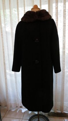 I came across this beautiful coat shortly before our trip.  Already own a number or similar ones, but I couldn't resist the elegant lines and perfect condition of this one. Gorgeous sculptural...