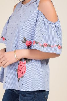 The Hannah Dotted Striped Cold Shoulder Top is complimented by pink floral embroidery. New Outfits, Summer Outfits, Casual Outfits, Cute Outfits, Fashion Outfits, Beauty And Fashion, Look Fashion, Super Moda, Zeina
