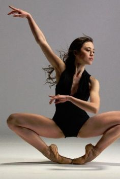 Lucila Munaretto, Argentinian Ballet Dancer Wakes From Coma After B. Accident Lucila Munaretto, Argentinian Ballet Dancer Wakes From Coma After B. Dance Photography Poses, Dance Poses, Fitness Photography, Ballet Class, Ballet Dancers, Dancers Feet, Foto Sport, Hip Hop, Dance Movement