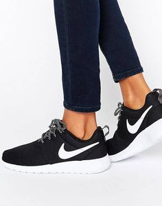 online store 2f20e 20887 Nike Roshe Trainers In Black And White Chaussures Nike, Chaussures Femme,  Chaussures Sandales,