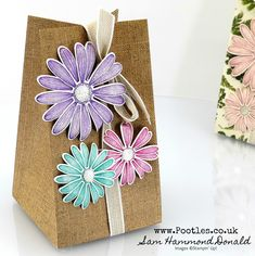Stampin' Up! Demonstrator Pootles – Pressed Petals and Daisy Lane Bag Tutorial I love our Daisy punches – both the large and the smaller medium one. Hannelore Drews, Diy And Crafts, Paper Crafts, Gift Bags, Craft Projects, Craft Ideas, Diy Gifts, Stampin Up, 3 D