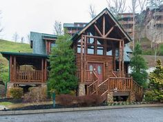 Poolside Paradise Pigeon Forge (Tennessee) Situated 6 km from The Grand Majestic Theater in Pigeon Forge, this holiday home features a patio with mountain views. It provides free private parking.  There is a seating area and a kitchen as well as a private bathroom.