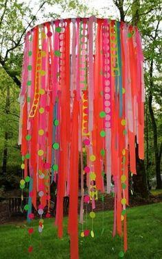 hang fel gekleurde linten aan een hoela hoep en hang die op