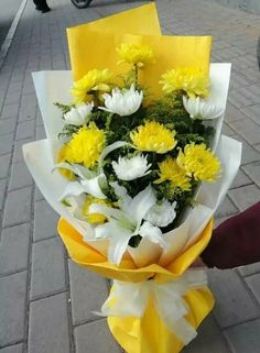 Basket Flower Arrangements, Creative Flower Arrangements, Flower Arrangement Designs, Floral Arrangements, Beautiful Rose Flowers, All Flowers, Flower Boquet, Contemporary Flower Arrangements, Hand Tied Bouquet