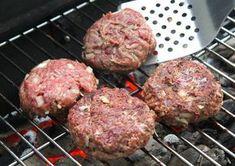 Hamburgerhús recept grillen Grill Party, Wok, Grilling, Bacon, Food And Drink, Cooking Recipes, Pizza, Ethnic Recipes