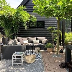 I hope everyones week is going well! This morning I am sharing some beautiful garden inspiration from I love this space, it looks like the perfect spot for a summer day (summer is going to return to the north isnt it 🤔😂). Hope Tuesday treats you well! Home And Garden, Outdoor Decor, Garden Design, Backyard Entertaining Area, Little Gardens, Patio Design, Exterior Design, Garden Inspiration, Garden Doors