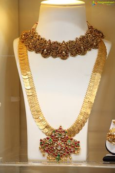 Glow Necklace, A Brilliant Glow Jewelry Item Antique Jewellery Designs, Fancy Jewellery, Gold Jewellery Design, Antique Jewelry, Temple Jewellery, Indian Wedding Jewelry, Indian Jewelry, Bridal Jewelry, Indian Bridal