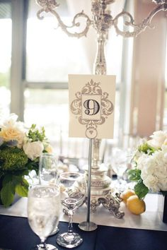 La señal concuerda perfectamente con la numeración. Ideas originales para numerar mesas de Boda. Imagenes: Style Me Pretty