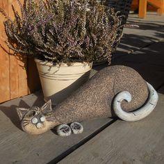Kočka+Karla+Keramická+kočka+vhodná+do+bytu+i+na+zahradu,+a+to+za+každého+počasí.+Vyrobená+ze+šamotové+hlíny,+velká+asi+30+cm.