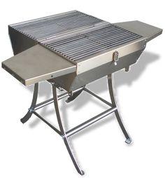 Barbecue portatile in lamiera d'acciaio inox304 Kg10, alimentato a carbonella o legna, maneggevole, stabile e sicuro. Il manico funge anche da placca di fissaggio per le gambe.  Aprendo il coperchio le due griglie interne removibili, permettono di cuocere la gli alimenti ed i fori laterali, consentono una rapida accensione mantenendo la brace sempre accesa. Le due mensole laterali sono in acciaio inox304. BBQ ideale su terrazzi, durante i picnic, viaggi o soggiorni in campeggio. Outdoor Furniture, Outdoor Decor, Drafting Desk, Barbecue, Picnic, Ottoman, Traditional, Creative, Home Decor