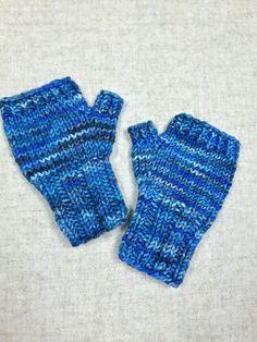Fingerlose Kinderhandschuhe für Babys bis 18 Monate in mehreren Blautönen. Die Handschuhe sind sooo weich, kein einziges Kind hat sich bisher