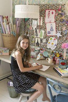 girls room - A Beautiful Living: Det var en dag i juni. Teen Girl Bedrooms, Big Girl Rooms, Coin Couture, Sewing Rooms, Sewing Desk, Space Crafts, Craft Space, Juni, Kid Spaces