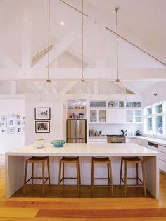 Cozinha com uma grande ilha central. http://www.decorfacil.com/cozinhas-com-ilha-central/