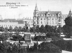 """Königsberg i. Pr. - Geschäftshaus der Buchhandlung Gräfe & Unzer 1916-1945 am Paradeplatz 6 und """"Königshalle"""" am Paradeplatz 5, im Vordergrund Reiterstandbild Friedrich Wilhelm III. (Aufnahme ca. 1916)"""