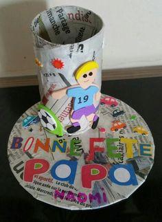 Porte crayon avec un cd et un rouleau de papier toilette. Décoré avec du papier journal façon décopatch.