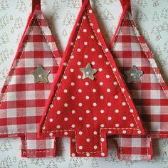 Kerstboom hangertje van stof en knoopje