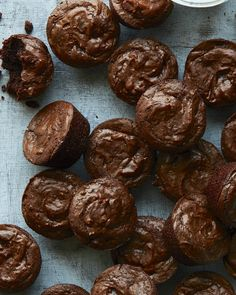 These crackly Crinkle Top Brownie Bites are super moist, uber chocolatey and the perfect size to pop in your mouth for a quick treat! Mini Brownie Bites, Brownie Bites Recipe, Brownie Toppings, Brownie Recipes, Cookie Recipes, Easy Baking Recipes, Healthy Dessert Recipes, Just Desserts, Delicious Desserts