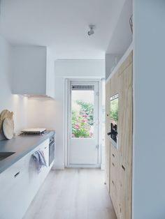 Hout, wit en composiet. Een klein huis maar grote wensen? http://www.vanwanrooij-warenhuys.nl/keukens/