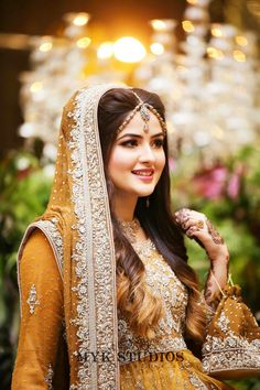 Fulfill a Wedding Tradition with Estate Bridal Jewelry Pakistani Bridal Makeup, Bridal Mehndi Dresses, Pakistani Wedding Outfits, Bridal Dress Design, Bridal Outfits, Indian Bridal, Bridal Style, Pakistani Bride Hairstyle, Bridal Eye Makeup