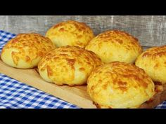 Weiche und fluffige Käsebrötchen / Bestes Käse Brötchen Rezept - YouTube Bread Rolls, Spicy, Bakery, Muffin, Food And Drink, Tasty, Snacks, Cooking, Breakfast