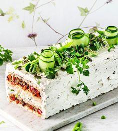 Vegaaninen nyhtökaura-voileipäkakku Savoury Baking, Vegan Baking, Savoury Cake, Cake Sandwich, Queens Food, Food Garnishes, Salty Cake, Cake Tasting, Food Platters
