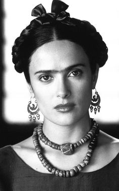 Here is Salma Hayek playing the role of Frida Kahlo. She wanted to look like the artist as much as possible, so wore false eyebrows and let some upper lip hair grow. Her beauty look included warm colours, such as the dusky pink lipstick in the photo. Beehive Hairstyles, Wedge Hairstyles, Fringe Hairstyles, Undercut Hairstyles, Hairstyles For Round Faces, Feathered Hairstyles, Hairstyles With Bangs, Cool Hairstyles, Bouffant Hairstyles