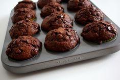 Receptů na čokoládové muffiny je vskutku spoustu. Proto jsem se opět zaměřil na čistě americký recept a myslím, že tyhle čokoládové muffiny jsou více než dokonale. Sweet Recipes, Healthy Recipes, Classic Cake, Muffins, Deserts, Food And Drink, Sweets, Lunch, Cookies