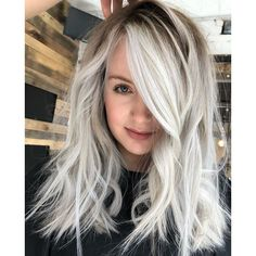 Nothing is more on trend right now than a perfectly-toned platinum coming off a shadow root base, So of course we love this updated hue created by Sarayah Politi ( Her sec… Blonde Hair With Roots, Blonde Hair Black Girls, Blonde Hair With Highlights, Blonde Balayage, Root Smudge Blonde, Shadow Root Blonde, Blonde Grise, Short Platinum Blonde Hair, Hair Shadow