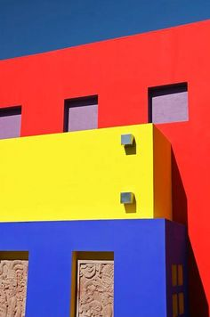 Primary colors and neoplasticism can be a good starting point to create a gripping architectural plan. This building is a great illustration of the century art highlight Piet Mondrian. Piet Mondrian, Triad Color Scheme, Color Schemes, San Salvador, Mode Collage, Three Primary Colors, Colour Architecture, Colourful Buildings, Wall Paint Colors