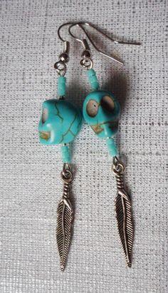 Boucles d'oreilles crâne en howlite turquoise, perles turquoise et plume argentée